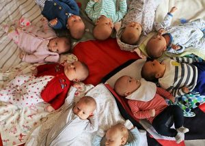 Sleep consulting for mothers groups shows babies on a blanket